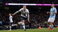 Gelandang Tottenham Hotspur, Christian Eriksen, merayakan gol ke gawang Manchester City pada laga Premier League di Etihad Stadium, Manchester, Minggu (14/2/2016) malam WIB. (AFP/Oli Scarff)