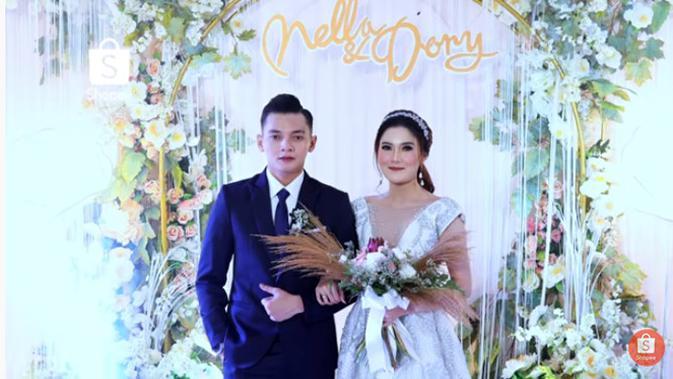 Setelah melakukan pemberkatan pernikahan, pasangan pelantun lagu Banyu Moto itu menggelar acara resepsi pernikahan di Grand Panglima. (Youtube/SHOPEE Indonesia)