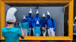 Orang-orang berpakaian seperti Smurf berpose untuk sebuah foto selama pemecahan rekor pertemuan terbesar di dunia, di Landerneau, Prancis barat, Sabtu (7/3/2020). Acara tersebut untuk memecahkan rekor sebelumnya yang dilakukan di Jerman dengan 2.762 orang pada 2019. (Photo by Damien MEYER / AFP)