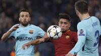 Penyerang AS Roma, Cengiz Under, berebut bola dengan bek Barcelona, Jordi Alba dan Gerard Pique, pada laga leg kedua perempat final Liga Champions, di Stadion Olimpico, Selasa (10/4/2018). AS Roma menang 3-0 atas Barcelona. (AP/Gregorio Borgia)