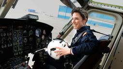 Carla Rozalen berada di dalam helikopter utilitas bermesin ganda Bell 412 di FAASA Group di Palma del Rio, Cordoba (27/2). Carla merupakan satu-satunya pilot wanita Grup Faasa dan bekerja menangani kebakaran hutan.  (AFP Photo/Cristina Quicler)