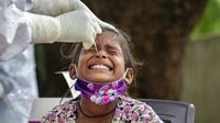 Seorang anak menjalani swab test atau tes usap COVID-19 di sebuah pusat kesehatan pedesaan, Bagli, Dharmsala, India, Senin (7/9/2020). India kini menjadi negara kedua dengan kasus COVID-19 terbanyak di dunia, menggeser Brasil dan di bawah Amerika Serikat. (AP Photo/Ashwini Bhatia)