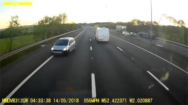 Sebuh truk kontainer nyaris bertabrakan dengan mobil yang melaju di jalur salah. Insiden ini terjadi di jalan raya M5, Inggris.