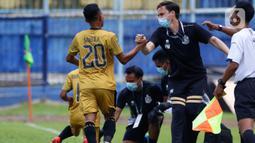 Pemain Bhayangkara Solo FC, Sani Rizki Fauzi, setelah mencetak gol ke gawang PSM Makassar dalam pertandingan Babak Penyisihan Grup B Piala Menpora 2021 di Stadion Kanjuruhan, Malang. Sabtu (27/3/2021). PSM Makassar bermain imbang atas Bhayangkara Solo FC 1-1. (Bola.com/Ikhwan Yanuar)