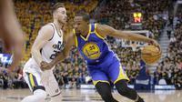 Pemain Golden State Warriors, Kevin Durant berusaha melewati pemain Utah Jazz, Gordon Hayward pada pertandingan Semifinal Wilayah Barat Playoffs NBA 2017 di Salt Lake City (5/6). Dalam pertandingan ini Durant tampil menawan. (AP Photo/Rick Bowmer)