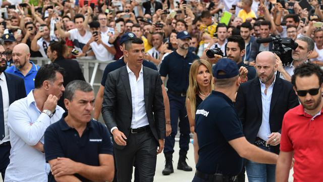 FOTO: Suporter Juventus Sambut Kedatangan Cristiano Ronaldo