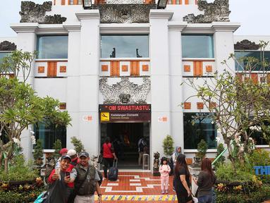 Suasana di gerbang kedatangan Bandara Internasional I Gusti Ngurah Rai, Bali, Kamis (30/11). Aktivitas kedatangan dan keberangkatan Bandara Internasional I Gusti Ngurah Rai sudah beroperasi dengan normal. (Liputan6.com/Immanuel Antonius)