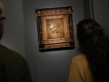 "Awak media melihat lukisan ""The Disheveled"" karya Leonardo Da Vinci di museum Louvre, Paris, Selasa (22/10/2019). Louvre Paris, rumah Mona Lisa, menggelar pameran terbesar  Leonardo da Vinci memperingati 500 tahun wafatnya maestro Italia itu yang dibuka pada 24 Oktober mendatang. (AP/Thibault Camus)"