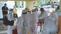Wali Kota Tidore Ali Ibrahim diantar dan dijemput petugas kesehatan menggunakan APD lengkap sesuai protap protokol penanganan Covid.
