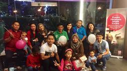 Bahkan pemain yang identik dengan nomor 21 di timnas Indonesia ini juga kerap mengajak keluarga besarnya hangout bersama di pusat perbelanjaan. Para sanak saudara Andik pun tampak terlihat bahagia bisa berkumpul bersama. (Liputan6.com/IG/@andikvermansah)