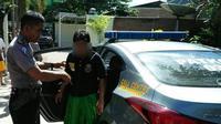 Ilustrasi salah satu pelaku pencabulan yang masih di bawah umur dibawa ke kantor kepolisian. (Liputan6.com/Eka Hakim)