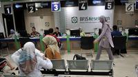 Suasana pelayanan BPJS Kesehatan di Jakarta, Rabu (28/8/2019). Menkeu Sri Mulyani mengusulkan iuran peserta kelas I BPJS Kesehatan naik 2 kali lipat yang semula Rp 80.000 jadi Rp 160.000 per bulan untuk JKN kelas II naik dari Rp 51.000 menjadi Rp110.000 per bulan. (merdeka.com/Iqbal S. Nugroho)