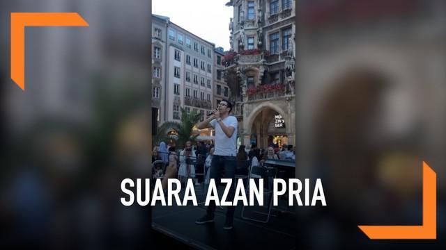 Seorang pemuda menaiki panggung dan langsung mengumandangkan azan magrib di pusat kota Munchen, Jerman. Warga di sekitar pun kagum akan suara azan si pemuda yang begitu merdu.