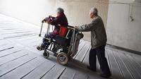 Para pengguna jejaring sosial tengah diramaikan dengan sebuah kendaraan unik yang dibuat seorang lansia untuk perempuan yang disayanginya.