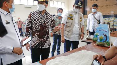 Wagub Jatim Emil Dardak mengecek beras bansos di Bangkalan. (Dian Kurniawan/Liputan6.com)