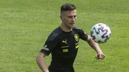 Jakub Pesek. Pesek mempunyai korelasi dengan bentuk hidung yang pipih. Namun tidak bagi Jakub Pesek, pemain Timnas Republik Ceska yang berumur 27 tahun ini sama sekali jauh dari bentuk hidung yang pesek. (Foto: AFP/Michal Cizek)