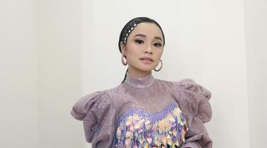 Sebagai penyanyi dangdut, Tasya Rosmala dituntut untuk tampil memesona di tiap kesempatan. Tasya kerap menggunakan gaun dengan beragam warna, gaya, dan aksen. (Liputan6.com/IG/@tasya_ratu_gopo).