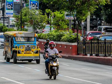 Kendaraan jeepney melaju di sebuah jalan di Manila, Filipina (28/8/2020). Jeepney merupakan salah satu alat transportasi populer di Filipina. Sebagian besar jeepney dihias warna-warni, dengan desain lukisan dan ilustrasi terinspirasi dari budaya lokal dan internasional. (Xinhua/Rouelle Umali)