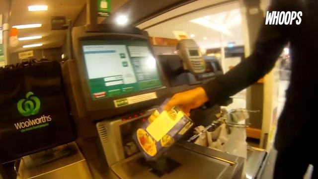 Pelanggan diminta untuk lakukan pembayaran mandiri non-tunai dengan terlebih dahulu lakukan scan atas barang yang dibeli.