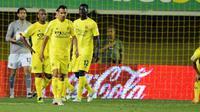 Kekecewaan para pemain Villarreal usai kekalahan 0-1 dari Atletico Madrid di laga terakhir La Liga di El Madrigal, 13 Mei 2012. Villarreal terdegradasi ke Segunda Division. AFP PHOTO / JOSE JORDAN