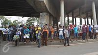 Warga berdiri di depan spanduk penolakan sampah DKI Jakarta di Jalan Raya Narogong, Bogor Timur, Jawa Barat, Rabu (4/11/2015).  Ormas dan warga menyatakan akan tetap menolak truk sampah yang melintas di kawasan tersebut. (Liputan6.com/Immanuel Antonius)