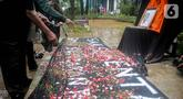Aktivis menabur bunga pada foto Bernardus Realino Norma Wirawan dalam pada peringatan 21 Tahun Tragedi Semanggi I di halaman Universitas Atma Jaya, Jakarta, Rabu (13/11/2019). Mereka menuntut kepada Presiden mengusut tragedi yang hingga kini belum ada kejelasan hukumnya. (Liputan6.com/Faizal Fanani)