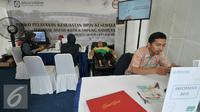 BPJS Kesehatan membuka posko pelayanan kesehatan dan pengobatan gratis untuk pemudik di Terminal Kampung Rambutan, Jakarta, Jumat (1/7). Selama arus mudik Lebaran berlangsung kartu BPJS bisa digunakan di mana saja. (Liputan6.com/Yoppy Renato)
