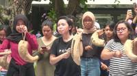 Sejumlah mahasiswa dan alumni UGM berunjuk rasa menuntut penuntasan kasus dugaan pemerkosaan yang menimpa mahasiswi UGM saat KKN (Liputan6.com/ Switzy Sabandar)