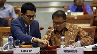 Menkominfo Rudiantara (kanan) dan Ketua KPI Pusat, Yuliandre saat Rapat Kerja (Raker) dengan Komisi I DPR di Kompleks Parlemen, Senayan, Jakarta, Senin (3/10). (Liputan6.com/Johan Tallo)