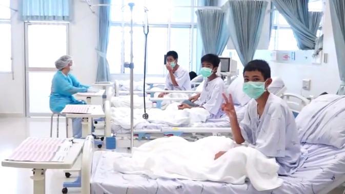 Tim sepak bola remaja Thailand dirawat di rumah sakit di Chiang Rai, Thailand, Rabu (11/7). Tim SEAL AL Thailand berhasil mengevakuasi seluruh korban dari dalam gua. (Thai Government Public Relations Department (PRD)and Government Spokesman Bureau/AFP)