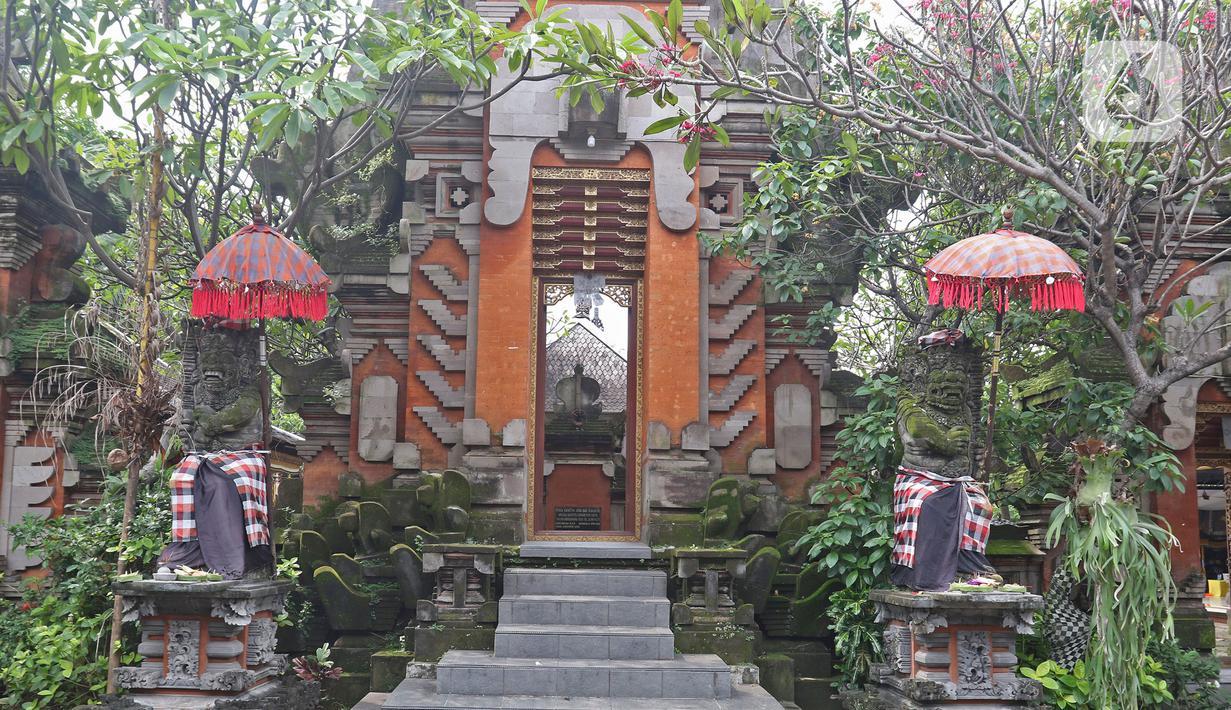 Suasana Pura Aditya Jaya di Jakarta, Selasa (24/3/2020). Ibadah hari suci Nyepi Tahun Baru Saka 1942 di Pura Aditya Jaya tidak menyelenggarakan persembahyangan, namun untuk sembahyang dibatasi dalam mencegah penularan Covid-19. (Liputan6.com/Herman Zakharia)