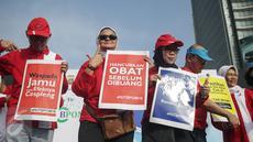 Kepala BPOM, Penny K. Lukito (kedua kiri) ikut berkampanye saat car free day (CFD) di kawasan Bundaran HI, Jakarta, Minggu (26/2). Dalam aksi ini, BPOM mengingatkan pentingnya masyarakat untuk peduli obat dan pangan aman. (Liputan6.com/Faizal Fanani)