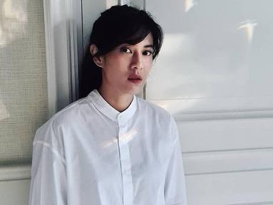 Penampilan Dian Sastrowardoyo dengan kemeja polos berwarna putih ini sempat curi perhatian. Pasalnya, dengan makeup sederhana serta tak menggunakan aksesoris berlebih, ia mampu menginterpretasikan gaya penampilannya dengan baik. (Liputan6.com/IG/@therealdisastr)