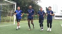 Sekretaris Umum Persiraja Rahmat Djailani ikut lari bersama pemain di Lapangan C Senayan Jakarta. Ini salah satu cara manajemen menjalin keakraban dengan pemain. (Bola.com/Gatot Susetyo)
