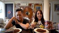 Aurel Hermansyah terlihat jingkrak-jingkrak akibat kepedasan makan mi dajal (Dok. YouTube/Aurel Hermansyah)