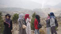Selain berwisata di alam terbuka yang terkenal dingin dan sejuk tersebut, nampak para pengunjung TWA Papandayan, Garut, Jawa Barat, bisa langsung melakukan akses komunikasi dengan cepat. (Liputan6.com/Jayadi Supriadin)