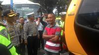 Kecelakaan tunggal yang dialami Bis Kramat Jati di Jalan By Pass Cikopo, Cicalengka, Kabupaten Bandung, dini hari kemarin, langsung mendapatkan respon cepat jajaran satuan lalu lintas polres Garut, Jawa Barat Rabu. (Liputan6.com/Jayadi Supriadin)