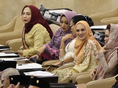 Mulan Jameela saat menghadiri pelantikan anggota DPR, MPR, dan DPD di Kompleks Parlemen, Jakarta, Selasa (1/10/2019). Istri Ahmad Dhani tersebut terlihat senyum semringah saat mengikuti pelantikan menjadi anggota DPR RI periode 2019-2024. (Liputan6.com/JohanTallo)
