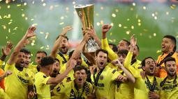 Para pemain Villarreal merayakan juara Liga Europa 2020/2021 usai mengalahkan Manchester United 12-11 dalam laga final di Gdansk Stadium, Polandia, Rabu (26/5/2021). Kedua tim bermain imbang 1-1 hingga babak extra time usai. (AFP/Maja Hitij/Pool)