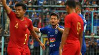 Bek Arema, Hamka Hamzah, protes saat golnya ke gawang Timnas Indonesia U-22 dianulir (10/2/2019). (Bola.com/Iwan Setiawan)