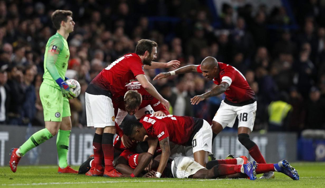 Selebrasi gol pemain Man United usai Paul Pogba mencetak gol pertama pada babak kelima FA Cup yang berlangsung di stadion Stamford Bridge, London, Selasa (19/2). Man United menang 2-0 atas Chelsea. (AFP/Adrian Dennis)