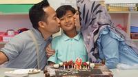 Denny memang sangat bertanggung jawab akan tugas utamanya menjadi seorang ayah. Meskipun sibuk bekerja, namun menurut Santi, suaminya itu lebih fokus dalam hal mengurus dan mendidik anak-anaknya. (Instagram/dennycagur)