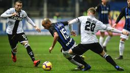 Gelandang Inter Milan, Joao Mario, berusaha melewati pemain Parma, Riccardo Gagliolo, pada laga Serie A di Stadion Ennio-Tardini, Sabtu (9/2). Inter Milan menang 1-0 atas Parma. (AFP/Miguel Medina)