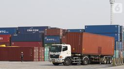 Suasana bongkar muat peti kemas di Tanjung Priok, Jakarta, Selasa (8/10/2019). Data Badan Pusat Statistik (BPS) menunjukkan kinerja ekspor dan impor Indonesia pada Agustus 2019 menurun. Total ekspor Indonesia mencapai US$ 14,28 miliar. (Liputan6.com/Angga Yuniar)