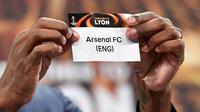Mantan pesepak bola Prancis, Eric Abidal, menunjukan nama Arsenal saat undian semifinal Liga Europa di Nyon, Swiss, Jumat (13/4/2018). Arsenal akan melawan Atletico Madrid, Marseille melawan Salzburg. (AFP/Fabrice Coffrini)