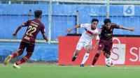 Pemain PSM Makassar, M Arfan (kanan) berebut bola dengan pemain Borneo FC Samarinda, M Sihran pada laga Piala Menpora 2021 di Stadion Kanjuruhan, Malang, Rabu (31/3/2021). Borneo FC berhasil menahan imbang 2-2 saat menghadapi PSM Makassar. (Bola.com/M Iqbal Ichsan)