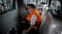 Tersangka kasus korupsi E-KTP Setya Novanto berada di mobil tahanan usai menjalani pemeriksaan di Gedung KPK, Jakarta, Selasa (21/11). Ketua DPR RI tersebut tidak memberikan komentar apa pun terkait pemeriksaannya kali ini. (Liputan6.com/Faizal Fanani)