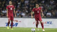 Gelandang Timnas Indonesia, Evan Dimas, menggiring bola saat melawan Malaysia pada semifinal SEA Games di Stadion Shah Alam, Selangor, Sabtu (26/8/2017). Indonesia kalah 0-1 dari Malaysia. (Bola.com/Vitalis Yogi Trisna)