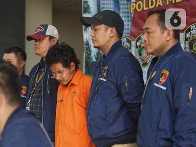 Tersangka kasus dugaan penyiraman air keras kepada sembilan wanita di tiga lokasi berbeda di Polda Metro Jaya, Jakarta, Sabtu (16/11/2019). Polisi menangkap seorang tersangka dengan barang bukti pakaian korban, padatan soda api, cairan zat kimia, serta rambut korban. (Liputan6.com/Immanuel Antonius)
