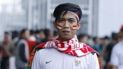 Suporter asal Karawang, Andri, bepose di SUGBK, Senayan, Jakarta, Minggu (14/1/2018). Selain untuk menyaksikan laga Indonesia Vs Islandia, kehadiran para suporter juga karena ingit melihat wajah baru SUGBK. (Bola.com/M Iqbal Ichsan)